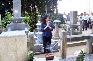 墓参りをする井上さんの写真