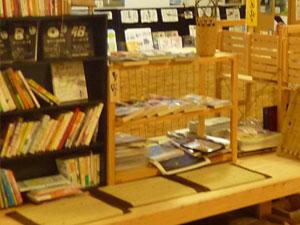 本棚とベンチが用意されている一角の写真