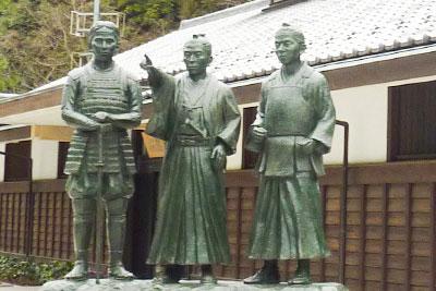 吉田松陰を中心に高杉晋作(左)と久坂玄瑞(右)の銅像の写真