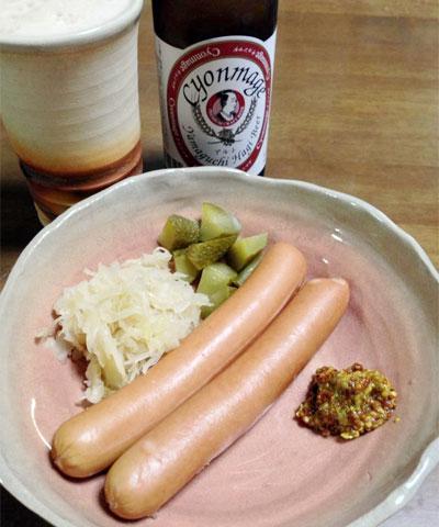 ソーセージ・ザワークラウト・粒マスタードに、萩の地ビールの写真