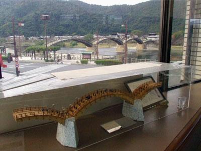 錦帯橋の本物と模型の写真