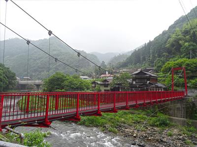 宇佐川に架かる鮮やかな赤い橋