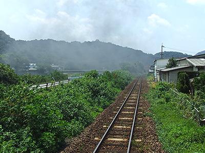 蒸気機関車の煙がたなびくレールの写真