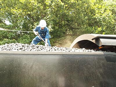 石炭積み直し作業の写真