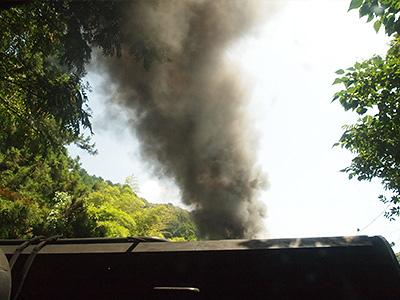 煙突から吐き出される煙の写真