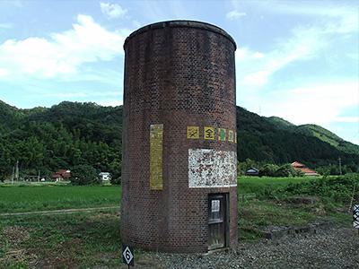威容を誇る塔の写真