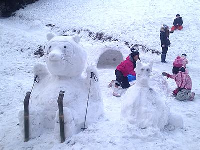 雪遊びを楽しむ子どもたちの写真