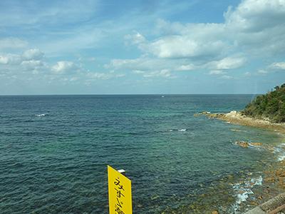 コバルトブルーの海の写真