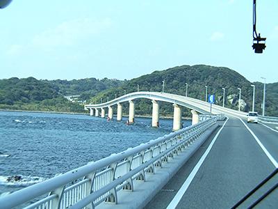 バス内から見た角島大橋の写真