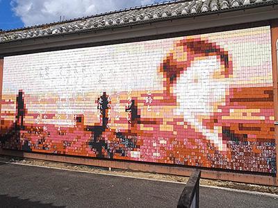 金子みすゞ記念館前のモザイクアートの写真