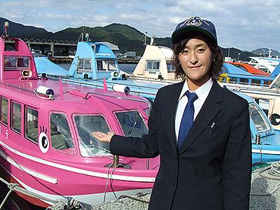 岡村船長と観光汽船「れいんぼう」の写真