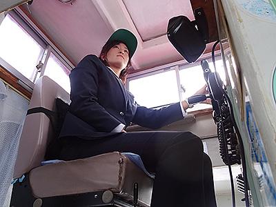 操船中の岡村船長の写真