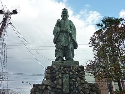 寝太郎の銅像の写真