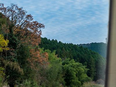 車窓から見える青空の写真