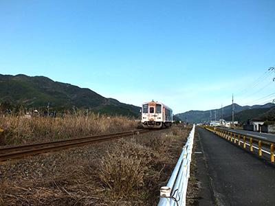 線路と国道が並走する長い直線コースの写真