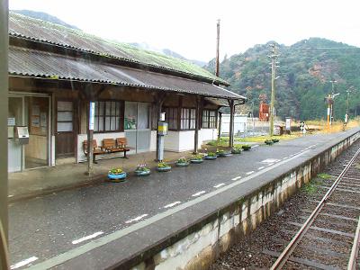 車窓から見える渋木駅の写真