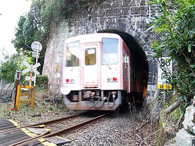 古いトンネルと列車の写真