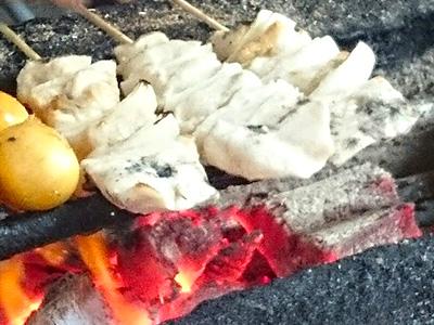焼き鳥を焼く様子の写真