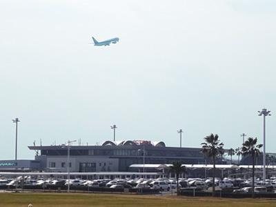 離陸する航空機の写真