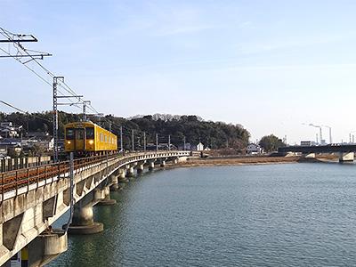橋を渡る電車の写真