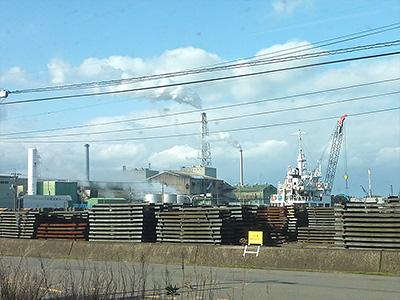 車窓から見える周辺の工場の写真
