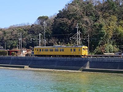 有帆川対岸から見る目出駅ホームの写真