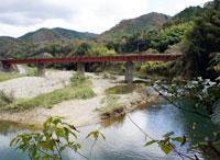 国道9号「龍宮橋」とJR山口線の鉄橋の間にある龍宮淵(雄淵)の写真