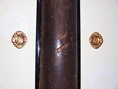 当時の隊士たちが付けたと伝わる本堂の柱の傷の写真