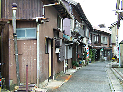 情緒あふれる伊崎町の路地の写真