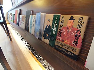 館内に取り揃えられた本の写真