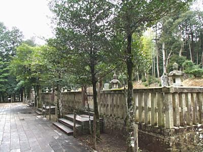 露山堂の近くにある毛利敬親公の墓所の写真