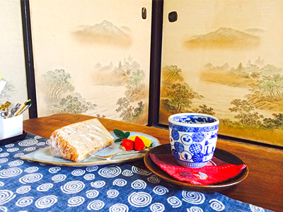 「久坂玄瑞常用の湯呑」のレプリカでお店のメニューが楽しめる古民家カフェの写真