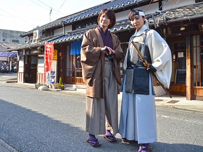 久坂玄瑞と高杉晋作をイメージした衣装を着た二人の女性の写真
