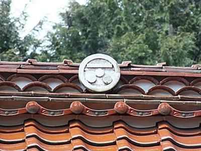 生雲八幡宮の屋根にある毛利家の家紋の写真
