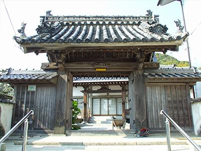 幕末当時からある妙円寺の山門の写真