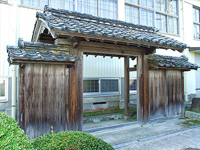 克己堂の門の写真