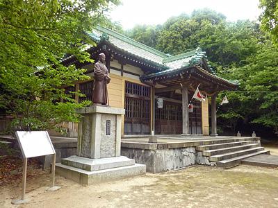 宇部護国神社と福原越後像の写真