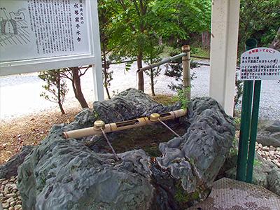 水琴窟を備える手水鉢の写真